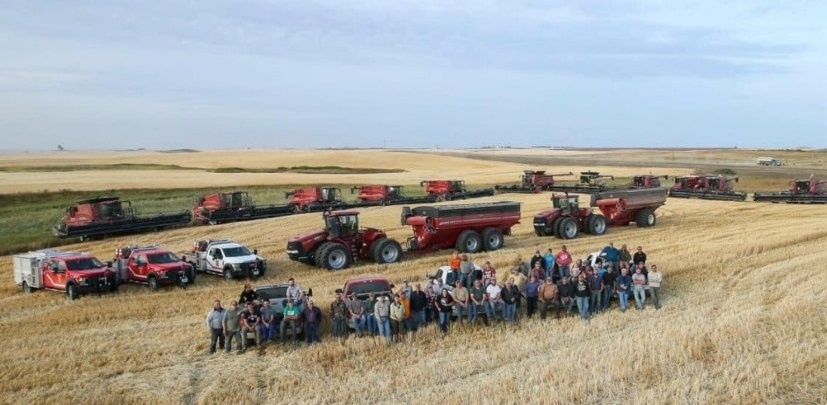 The farmer has a heart attack – 50 neighbors come to help him with the harvest